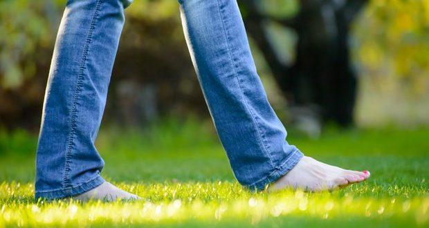 فواید راه رفتن روی چمن با پای برهنه